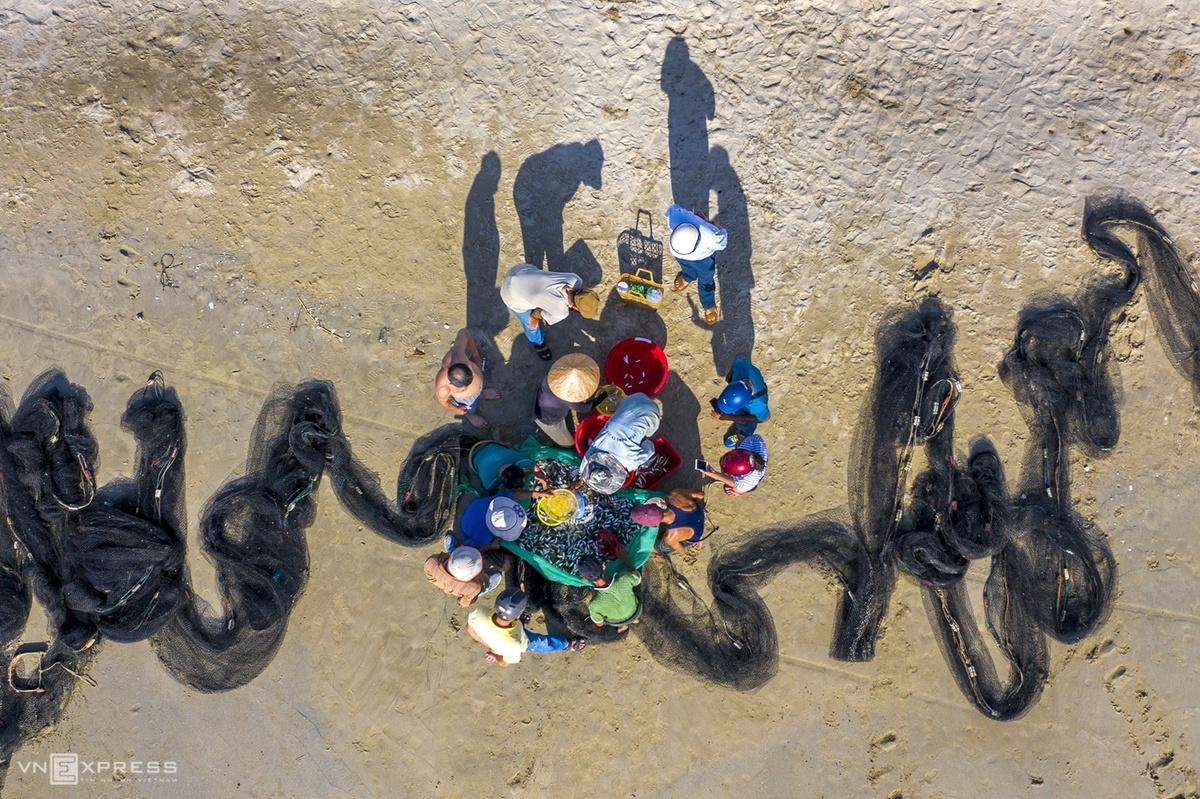 Trawling from shore, a work of art in Da Nang
