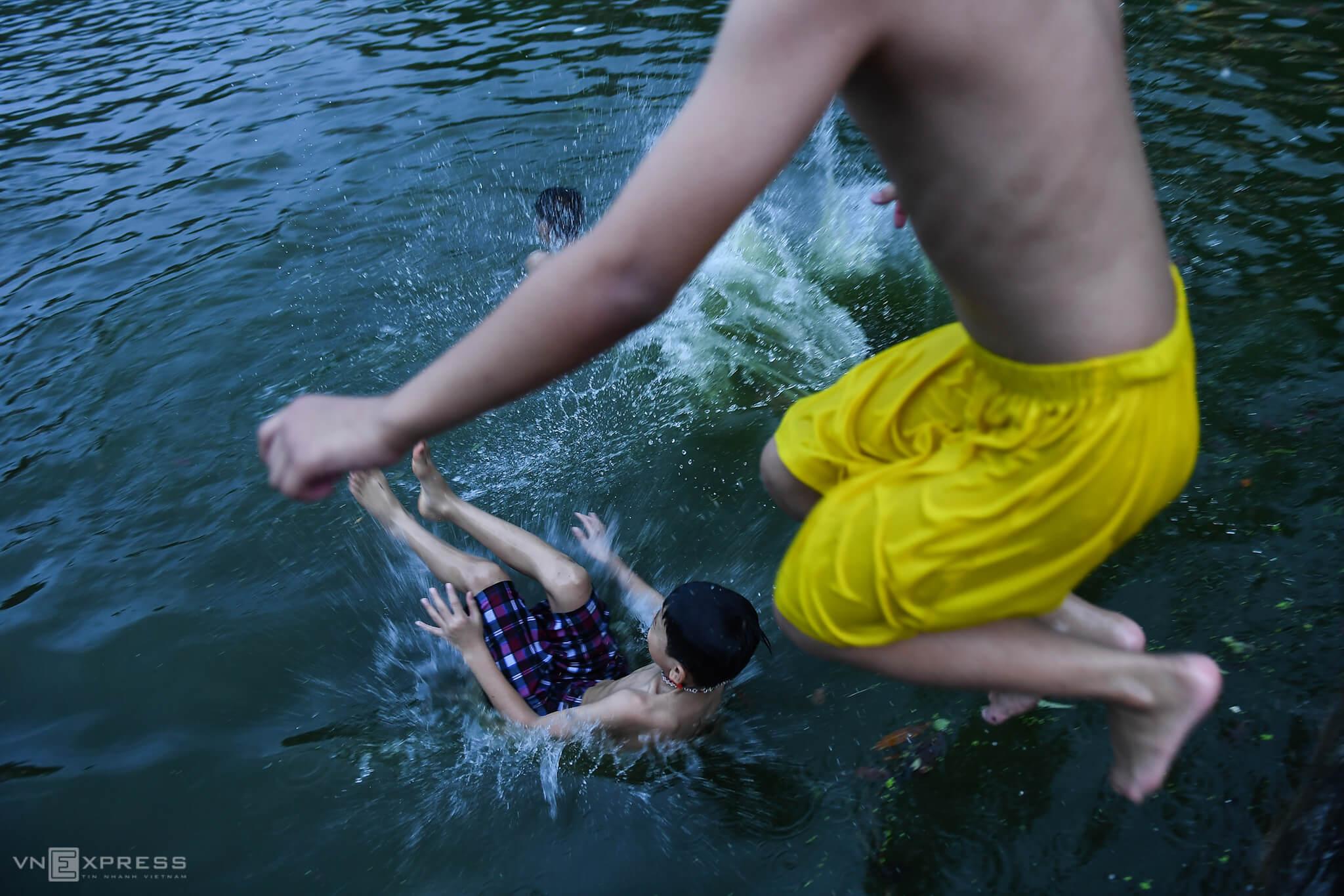 Lakes provide Hanoi youth respite from scalding heat