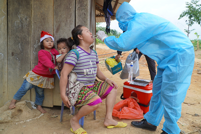 Health officials take samples of residents in Dak Nong Province for diphtheria test, June 2020. Photo by VnExpress/Tran Hoa.