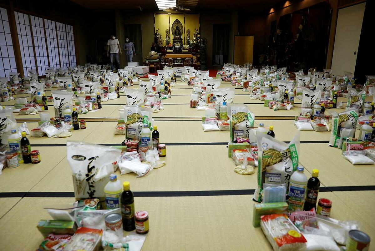 Vietnamese volunteers prepare packages of food and protective masks for Vietnamese people in need and living in Japan, amid the coronavirus disease outbreak, at a Buddhist temple which has turned into a shelter for young Vietnamese migrant workers in Tokyo, Japan, May 2, 2020. Photo by Reuters/Kim Kyung-Hoon.