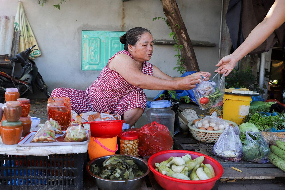 70-year-old railway market in central Vietnam poses safety hazard