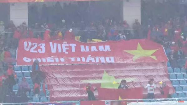 Vietnamese fans carry the banner saying U23 Vietnam wins to the stadium in Chuangzhou, amid heavy snow. Photo by VnExpress