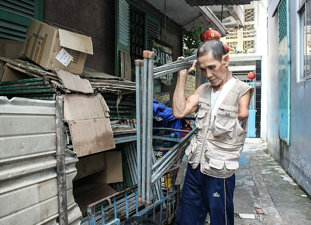 Toan bisa mengemudi dan membawa meja, meja dipinjamkan ke pelanggannya. Foto oleh VnExpress / Diep Phan.
