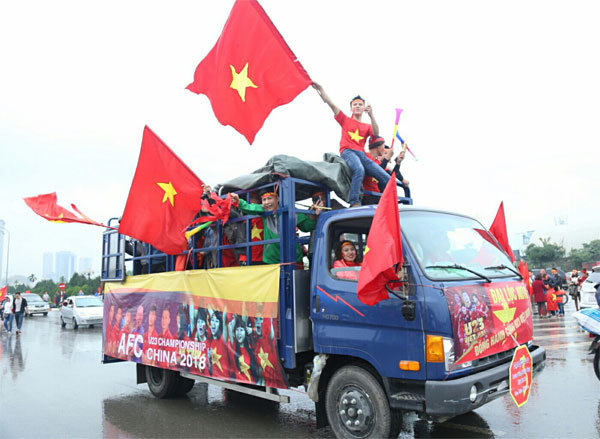 Football fans outside My Dinh Stadium in Hanoi. Photo by VnExpress/Pham Du