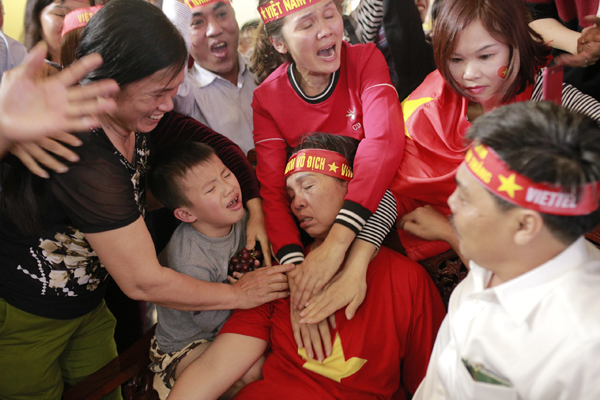 The mother of midfielder Bui Tien Dung fainted at home in Ha Tinh Province in central Vietnam as U-23 Vietnam scored the first goal. Photo by VnExpress/Duc Hung