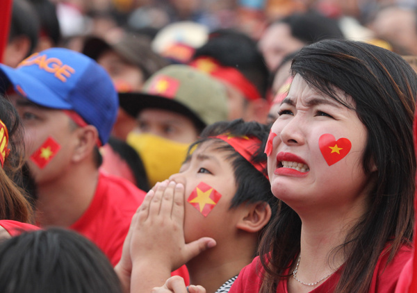 Fans react to the game as they watch live from Quang Nam Province in central Vietnam. Photo by VnExpress/Dac Thanh