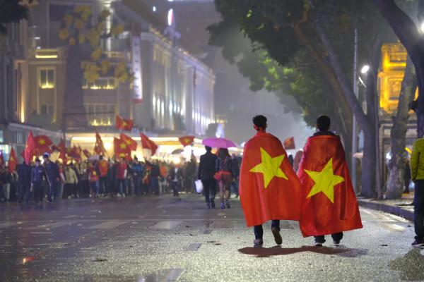 Hanoians marching around Hoan Kiem Lake area. Photo by VnExpress/Tuan Hung
