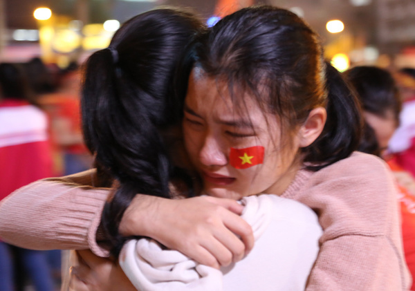 In Quang Tri, many fans couldnt hold back their tears. Photo by VnExpress/Hoang Tao