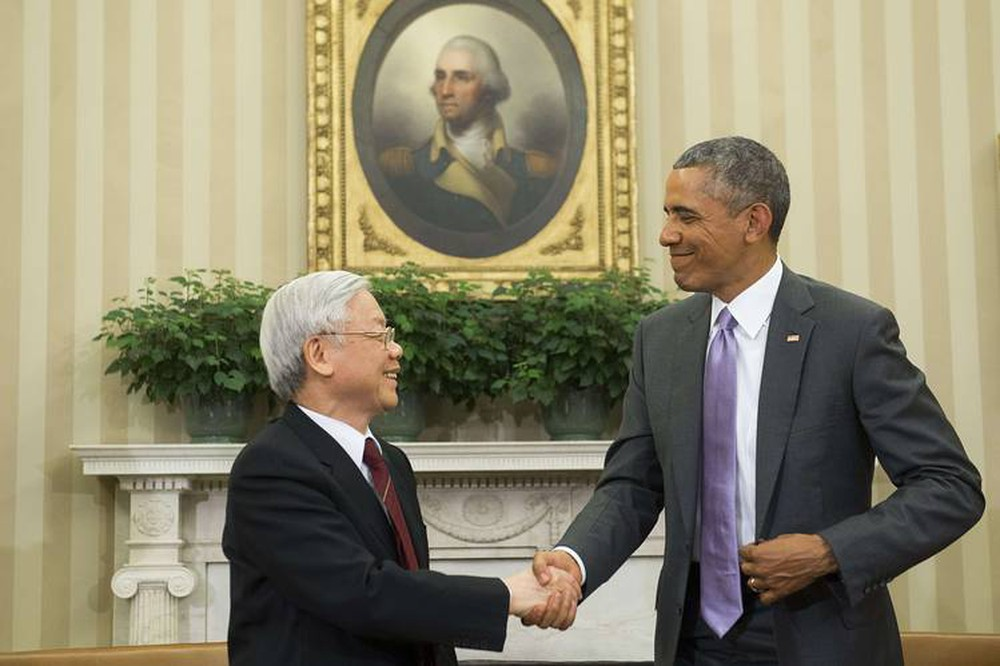 US President Barack Obama (R) and Vietnamese General Secretary Nguyen Phu Trong shake hands during a meeting in the Oval Office of the White House in Washington, DC, July 7, 2015. Photo by AFP.