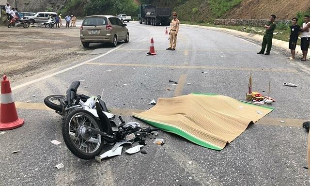 Les policiers sont à la scène où une femme Mexicaine a été tué après sa moto (en photo) est entré en collision avec un camion dans la Province de Hoa Binh, le 12 juillet 2020. Photo de Vietnam Agence de presse.