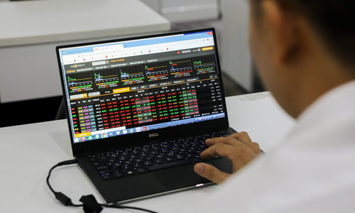 Late sell orders drag VN-Index down