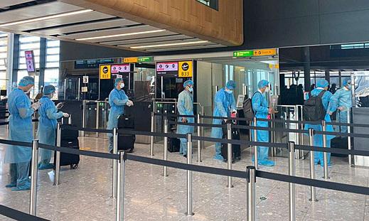 340 Vietnamese return home from UK on special flight