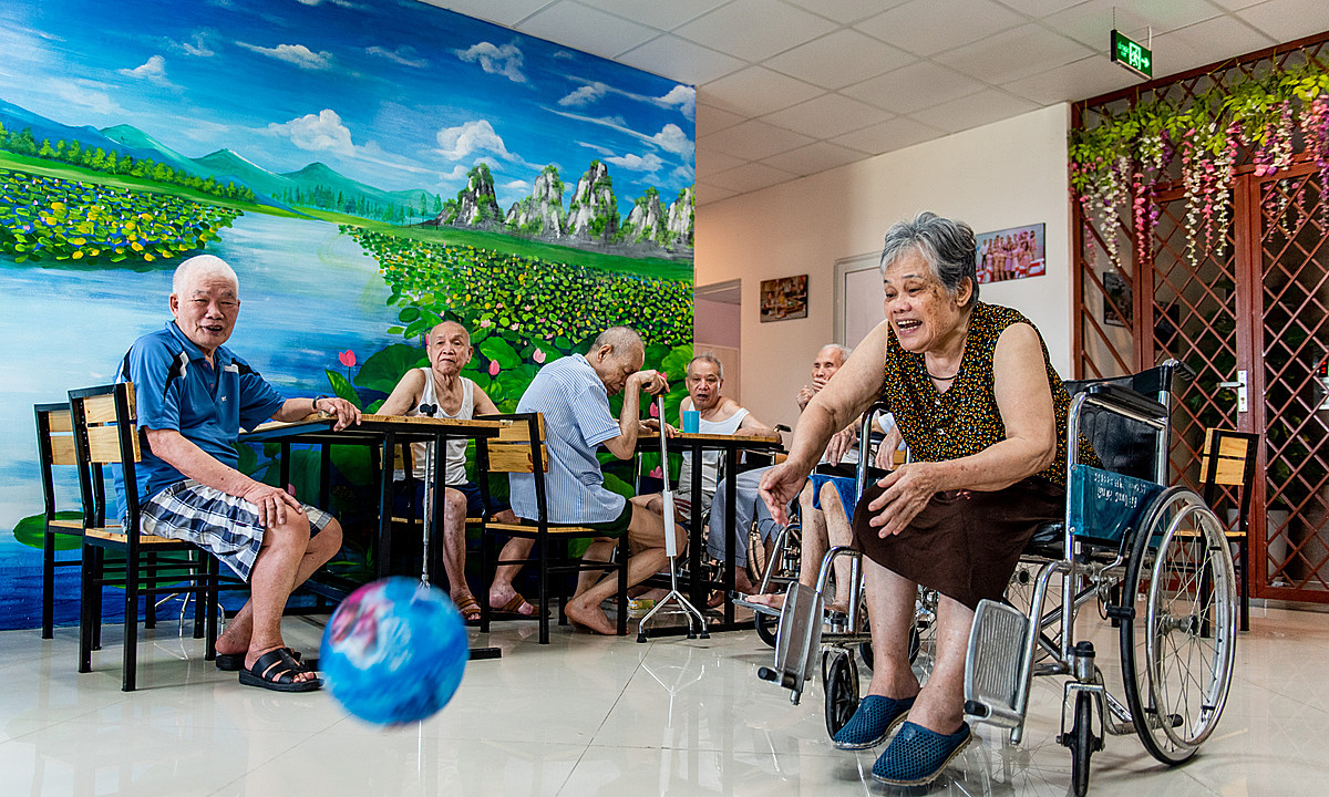 Elderly at Dien Hong Nursing Home play a game on the morning of July 13, 2020. Photo by VnExpress/Thanh Hue.