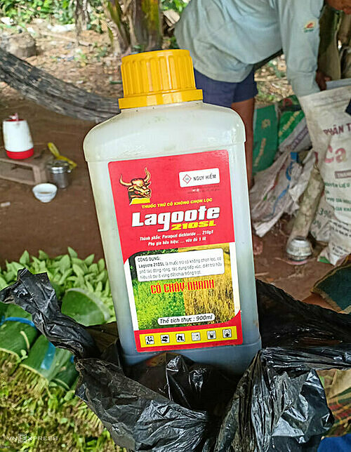 The bottle of herbicide used by Bien, containing paraquat. Photo by VnExpress/Thu Ngan.