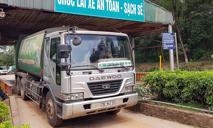 Hanoi's biggest landfill reopens as compensation talks resume