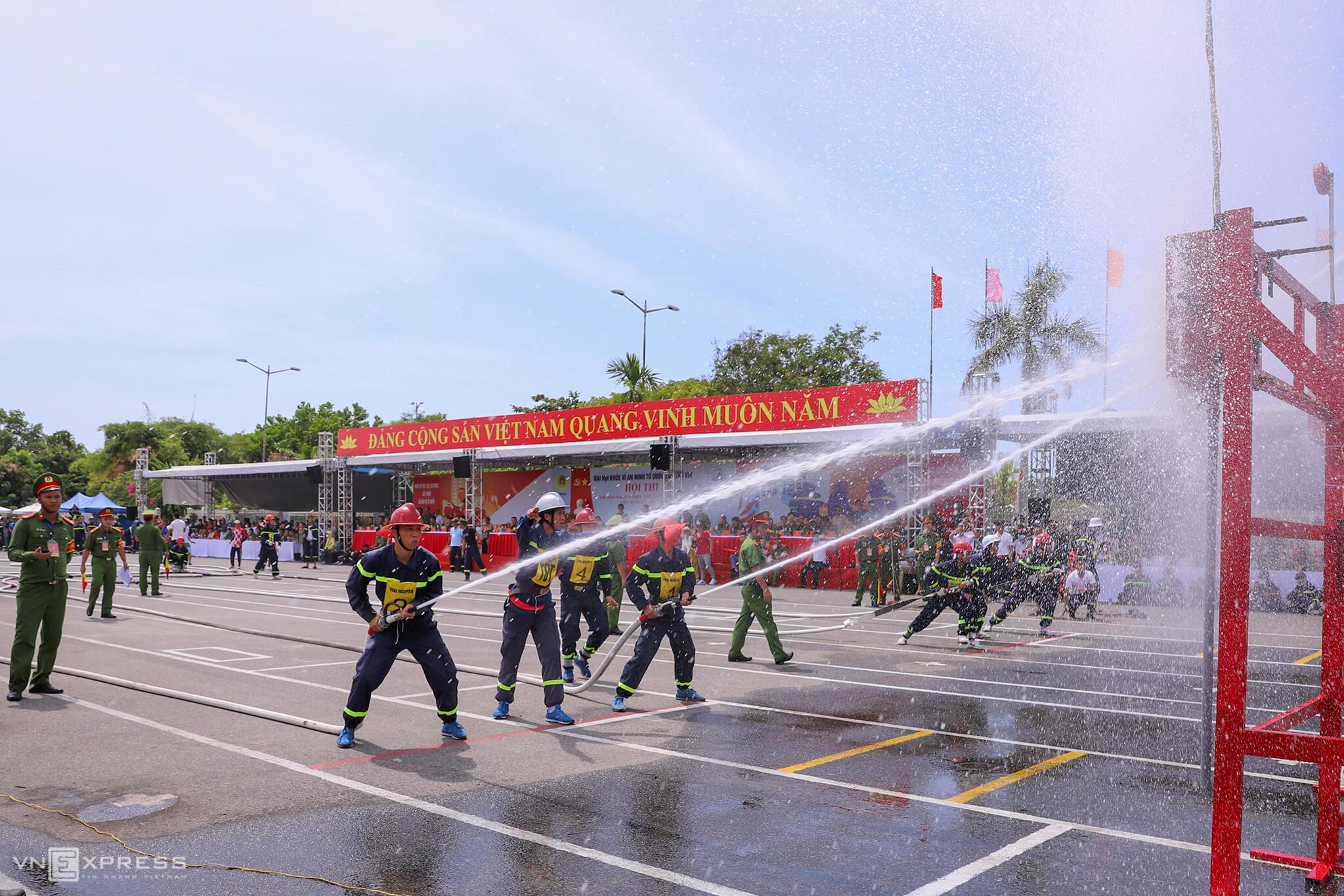 Firefighters battle flames in Da Nang contest