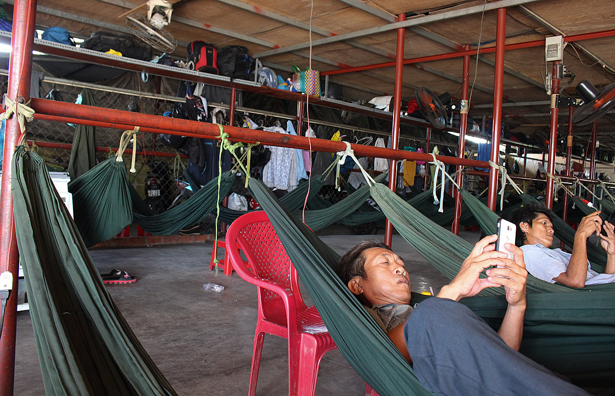People rest on rental hammocks with their stuffs placed above them. Photo by VnExpress/Diep Phan.