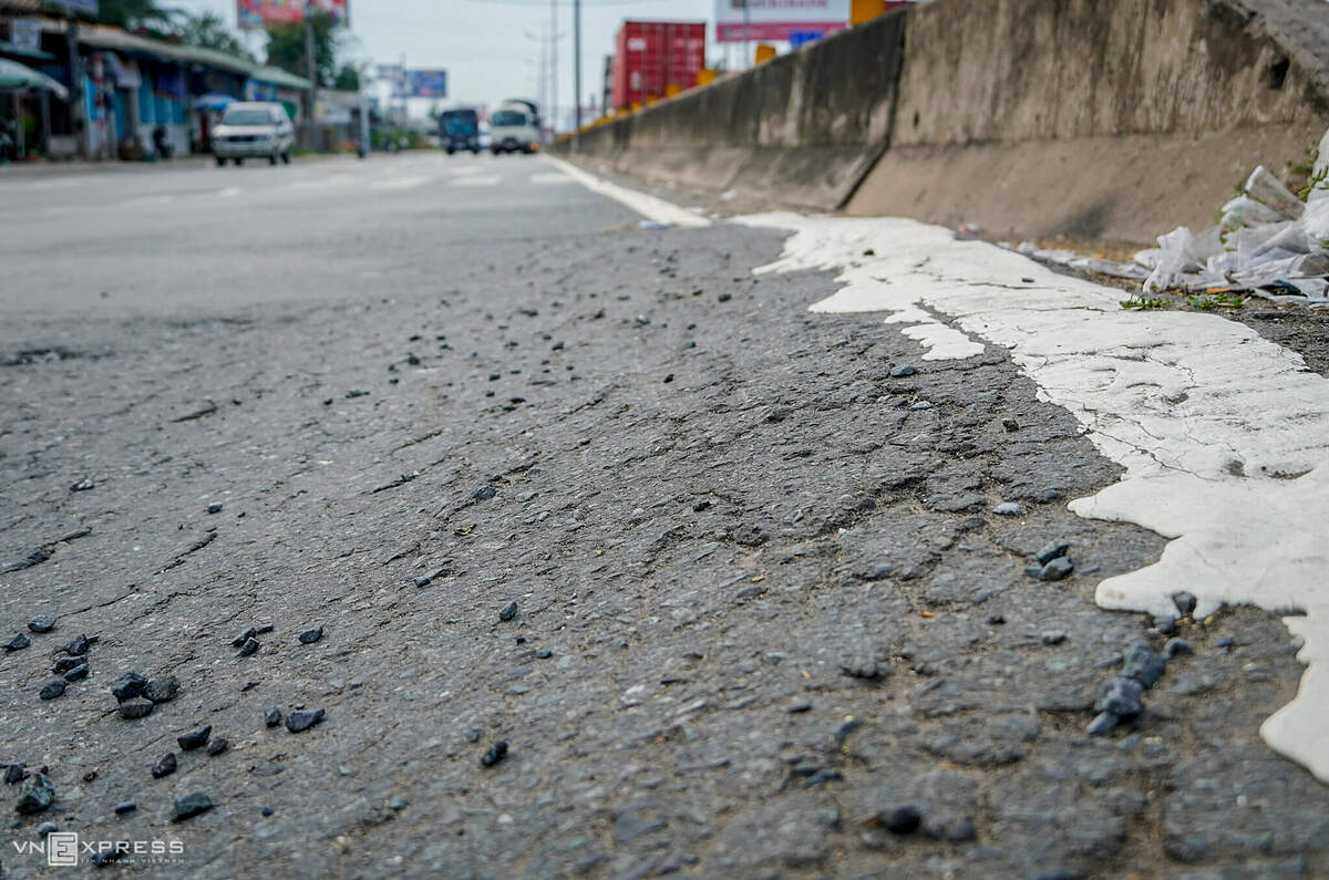 Protrusions about four meters higher than above the expressways road surface are seen on the part through Tam Hiep Commune in Tien Giang, forming obstacles for drivers.