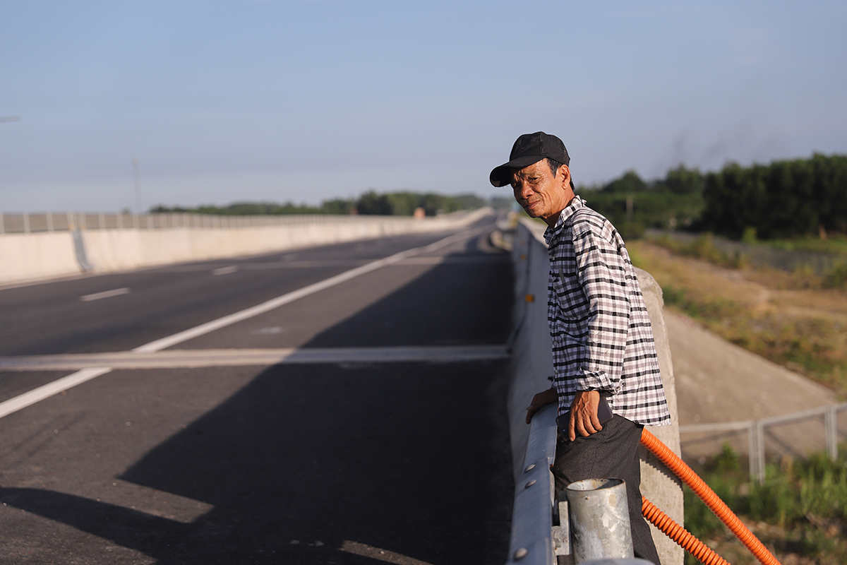 Pham Tan Luc stands by the Quang Ngai-Da Nang Expressway, May 2020. Photo by VnExpress/Nguyen Dong