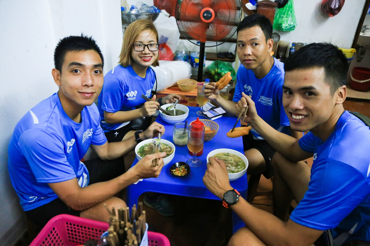 Nguyen Manh Trung (left) and his friends at the pho stall. Photo by VnExpress.