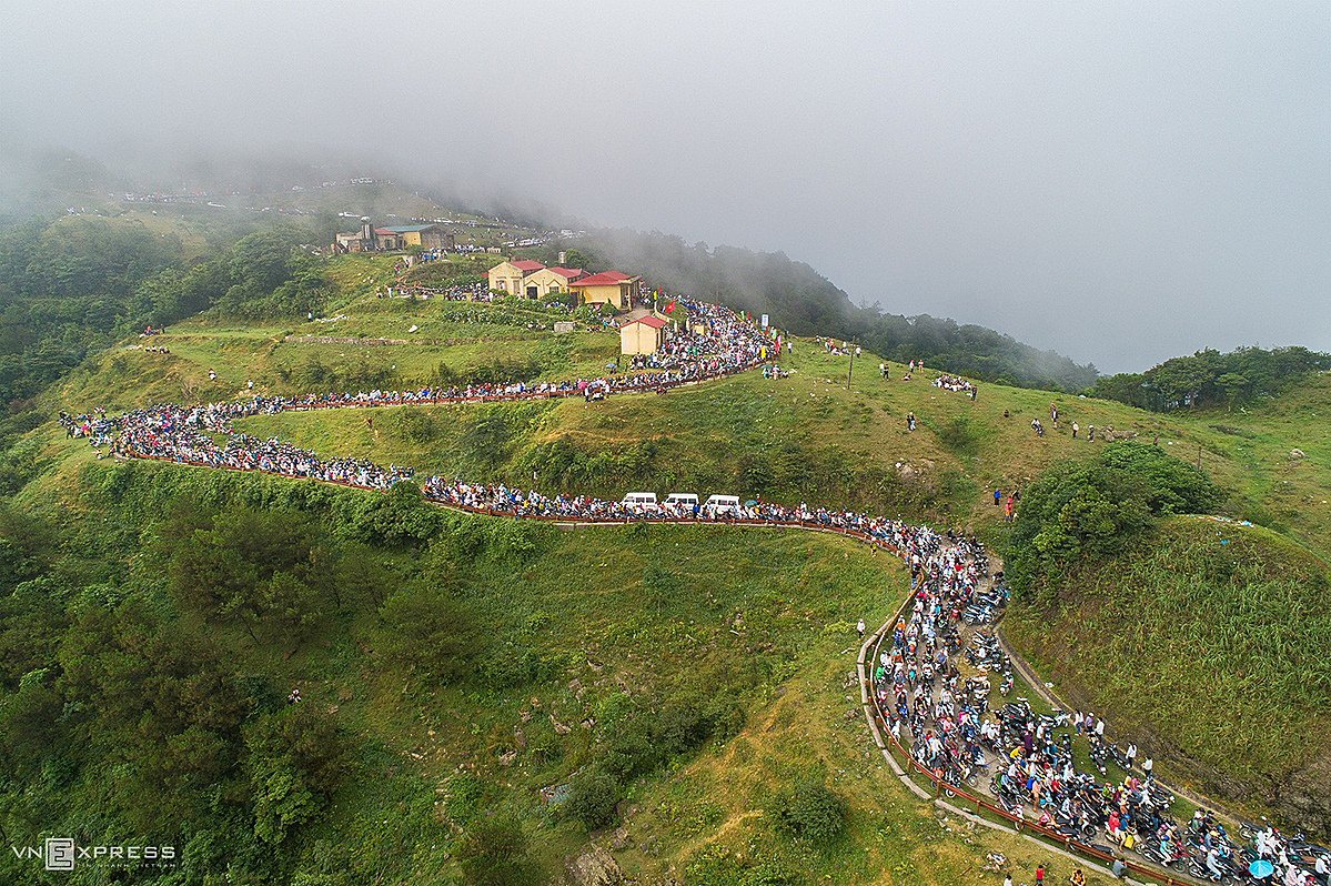 A view of a 3 km traffic jam on the opening day of tourism festival on June 2019.Thuan shared this place is packed with tourists during the summer since there are many tourism events featuring running, cockfighting and others happening in June.