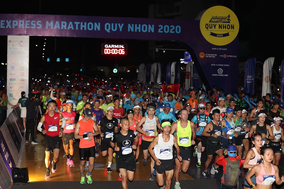 Thousands 'run with the sea and sun' at VnExpress Marathon