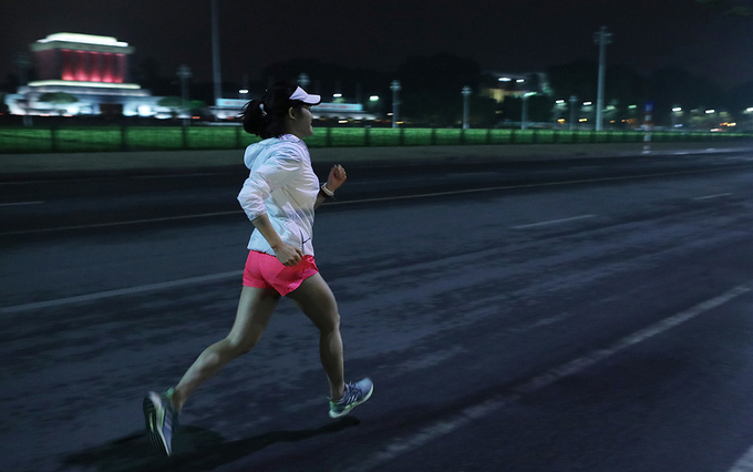 A runner at the night race. Photo by: Ngoc Thanh.