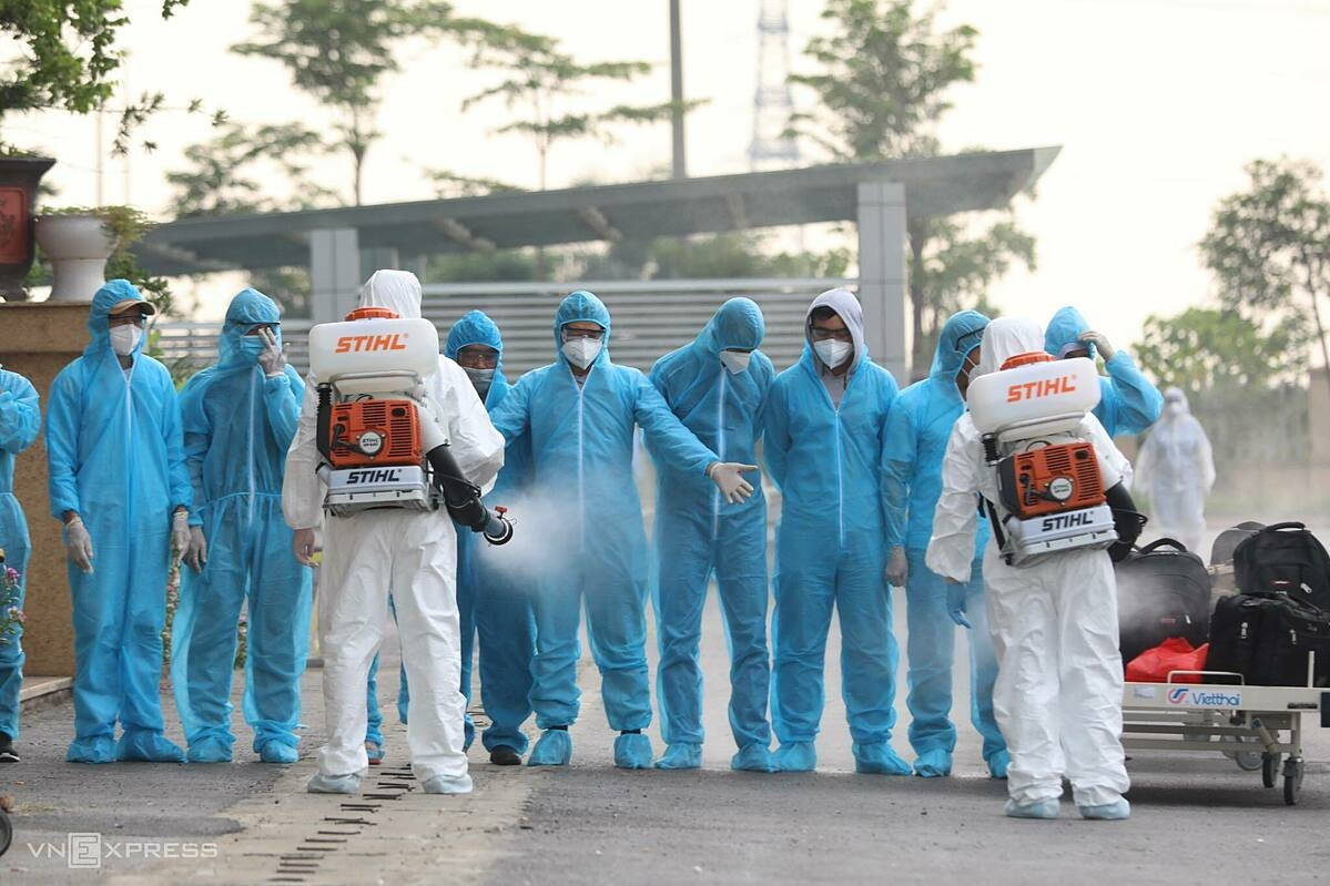 Arrivals from Equatorial Guinea are disinfected at the National Hospital for Tropical Diseases in Hanoi, July 29, 2020. Photo by VnExpress/Anh Tuc.