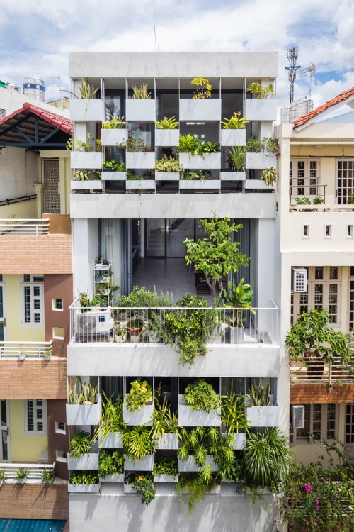 Located on a 37-square-meter plot in Ho Chi Minh City, the house faces sunlight from the west and is surrounded by many other tube houses with inedequade urban greenery. The homeowners, working in the the art industry, want to have a house to show their love for the nature without hurting the neighborhood context.