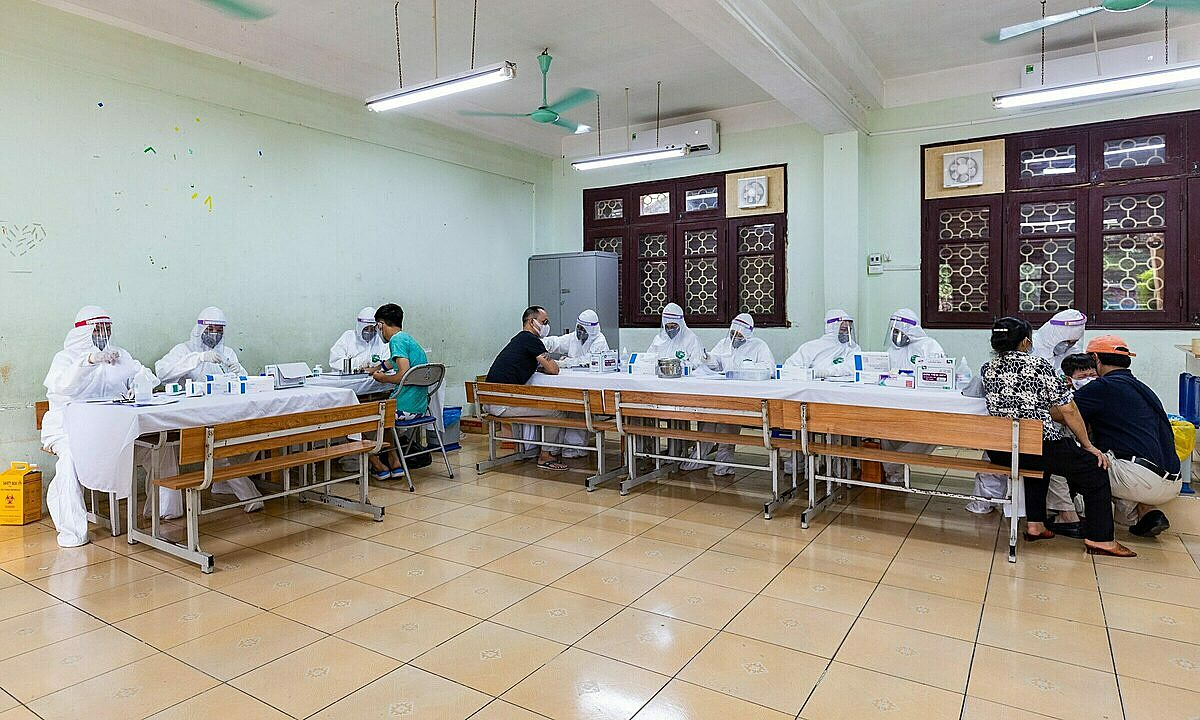 After having guidelines from the citys administration, local peoples committee and group of residents urgently review people travelling from central Quang Nam Province and Da Nang City and take their samples for the Covid-19 test, said Dang Thi Hong, deputy chairperson of Thanh Cong Wards Peoples Committee.