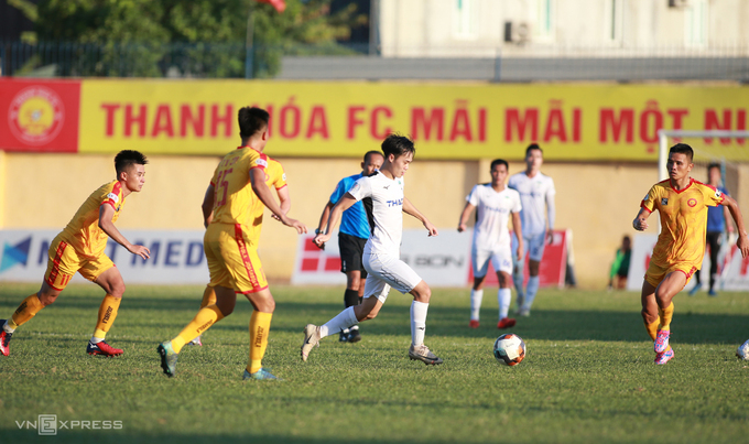 Thanh Hoa FC (in yellow) plays Hoang Anh Gia Lai in a V. League match on July 23, 2020. Photo by VnExpress/Lam Thoa.