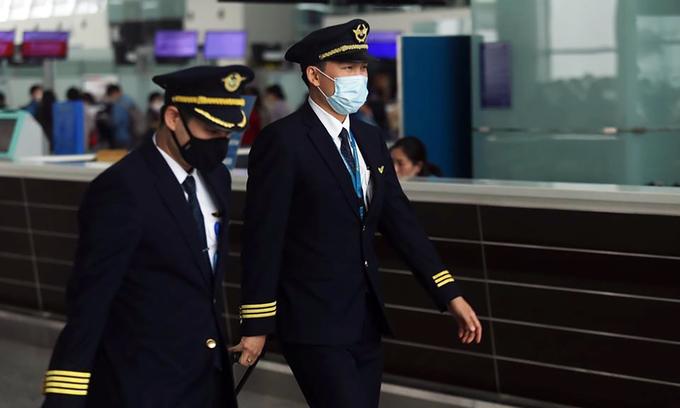 Vietnam Airlines to cut salaries of pilots, flight attendants by half