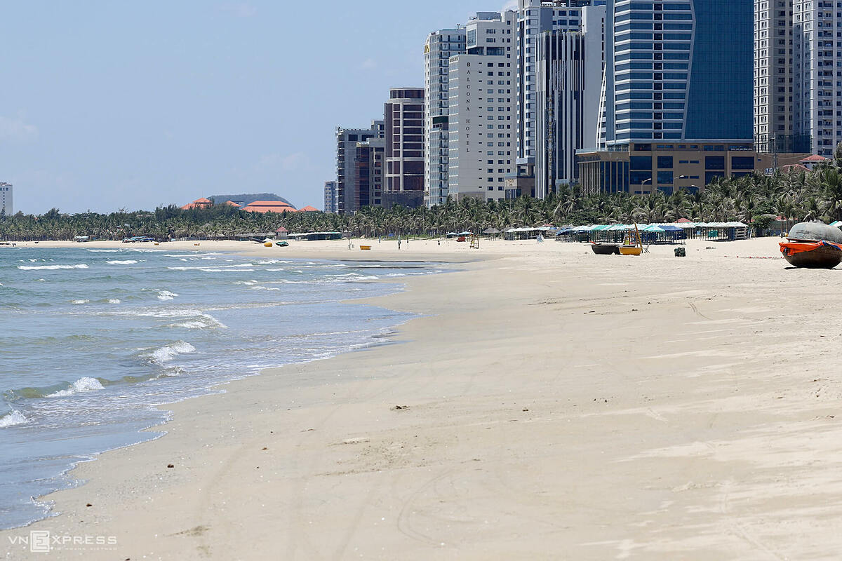 My Khe Beach in Da Nang City is seen deserted on July 28, 2020 as authorities impose social distancing measures to curb the spread of the novel coronavirus. Photo by VnExpress.