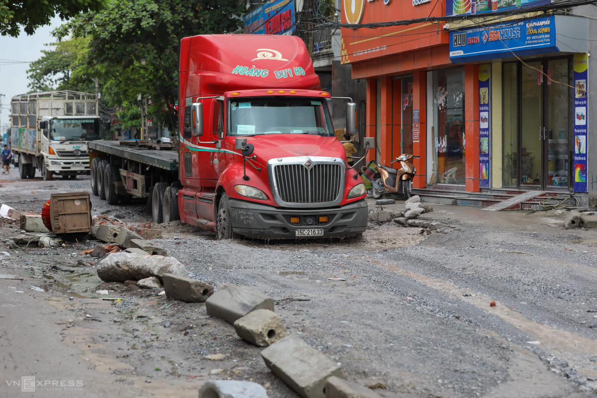 Hanoi road a daily misery