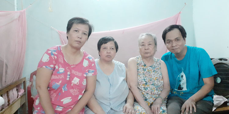 Vinh (L) and his sisters and mother. Photo courtesy of Le Trung Vinh.