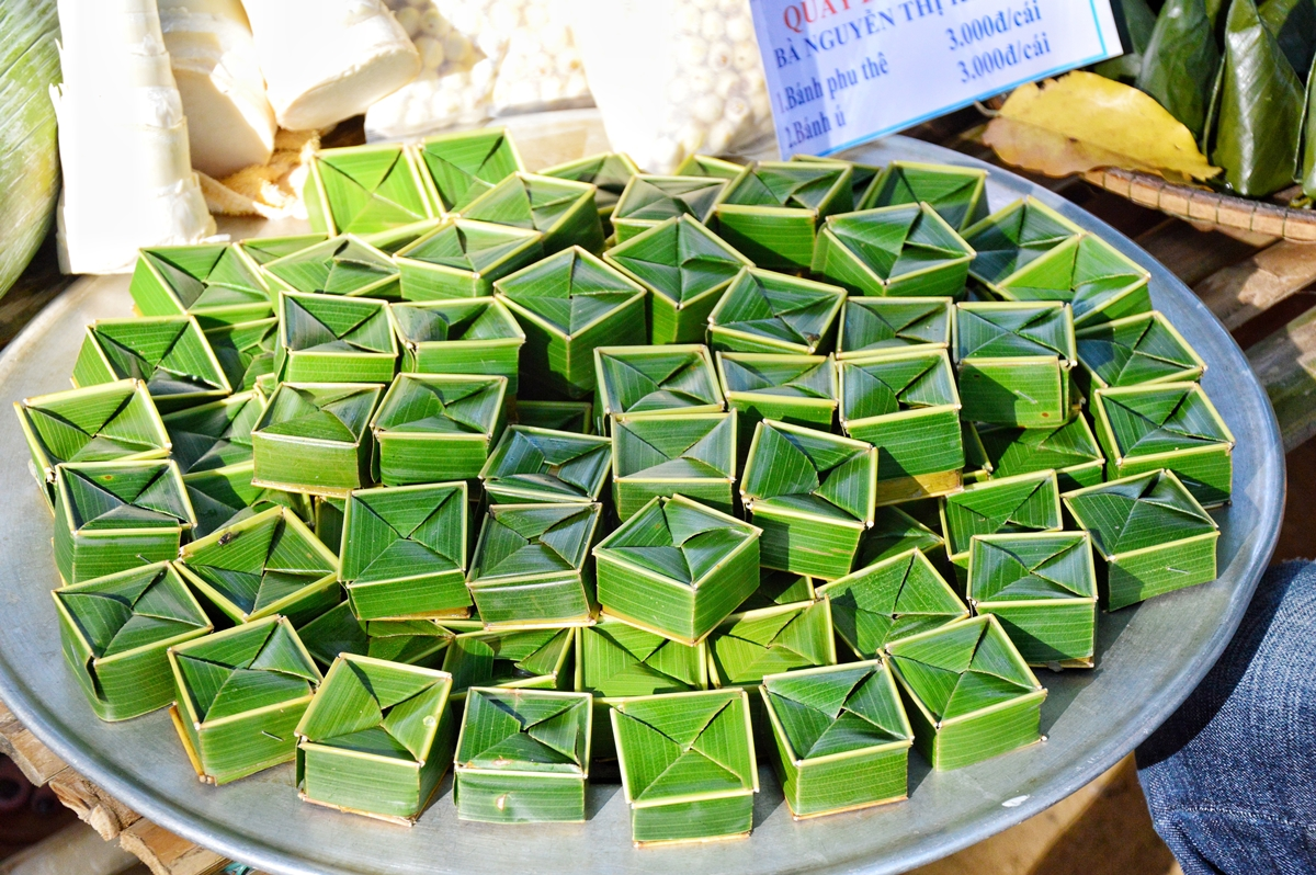 Mung-bean cake, called spouse cake in Vietnam for its popularity at weddings, has a unique shape and taste. Made with coconut fibres and covered with coconut leaves, the cake has a noticeable coconut fragrance, which matches elegantly with the fresh sweetness of mung-beans.