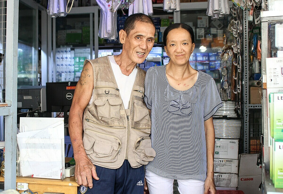 Toans wife (R) works at a electrical supply store nearby, so he cooks and prepare meals for the whole family. Photo by VnExpress/Diep Phan.
