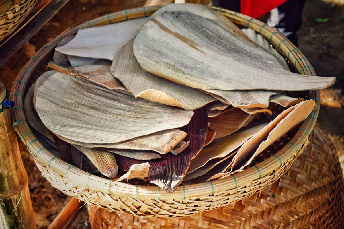 Mo cau, the peeled outer layer of areca-tree trunks, is mainly dried to make traditional Vietnamese hand fans.
