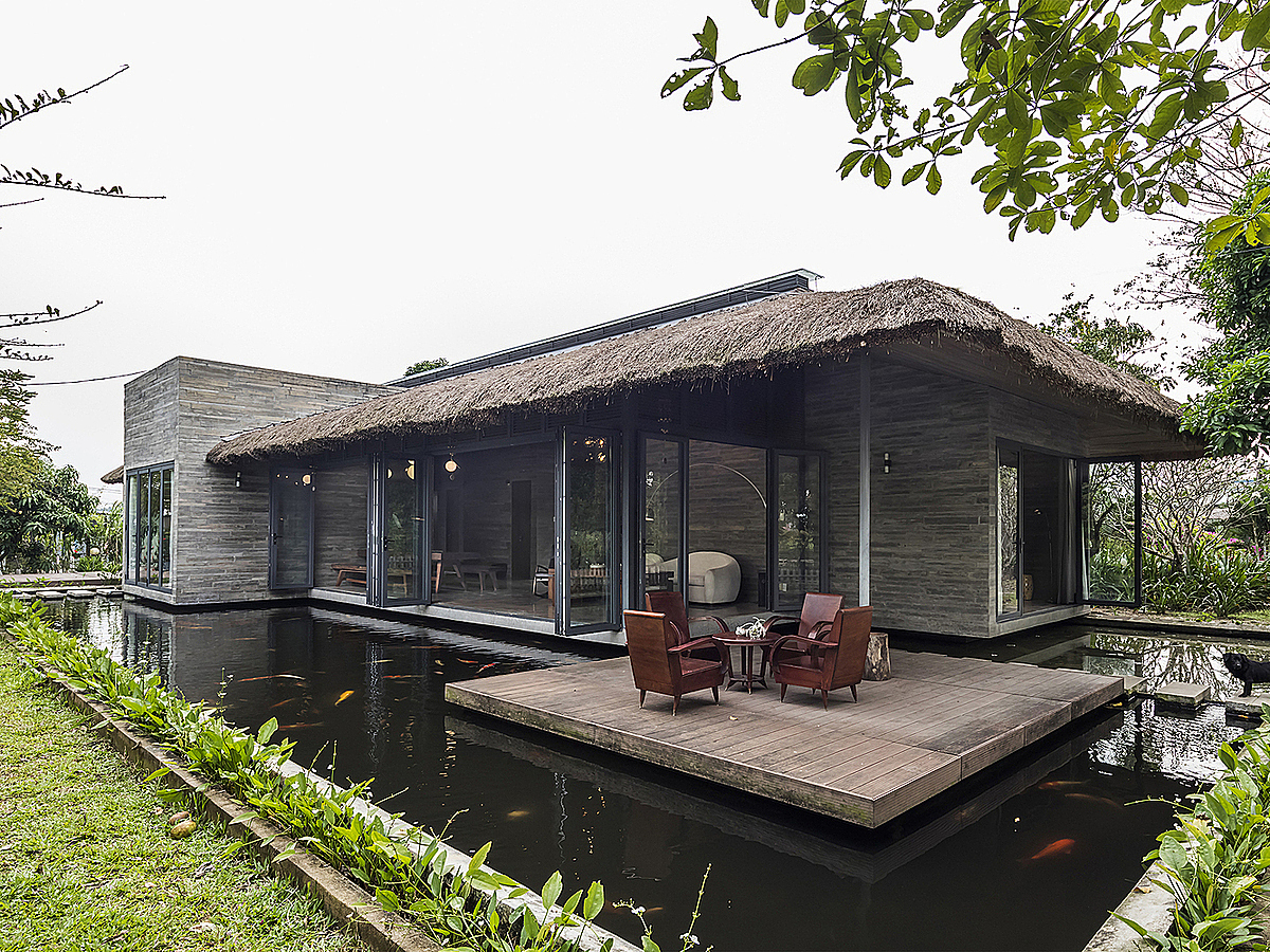 The building is made of five blocks which are placed randomly under a massive thatched roof. The idea of having many blocks provides better ventilation and diverse interior design.