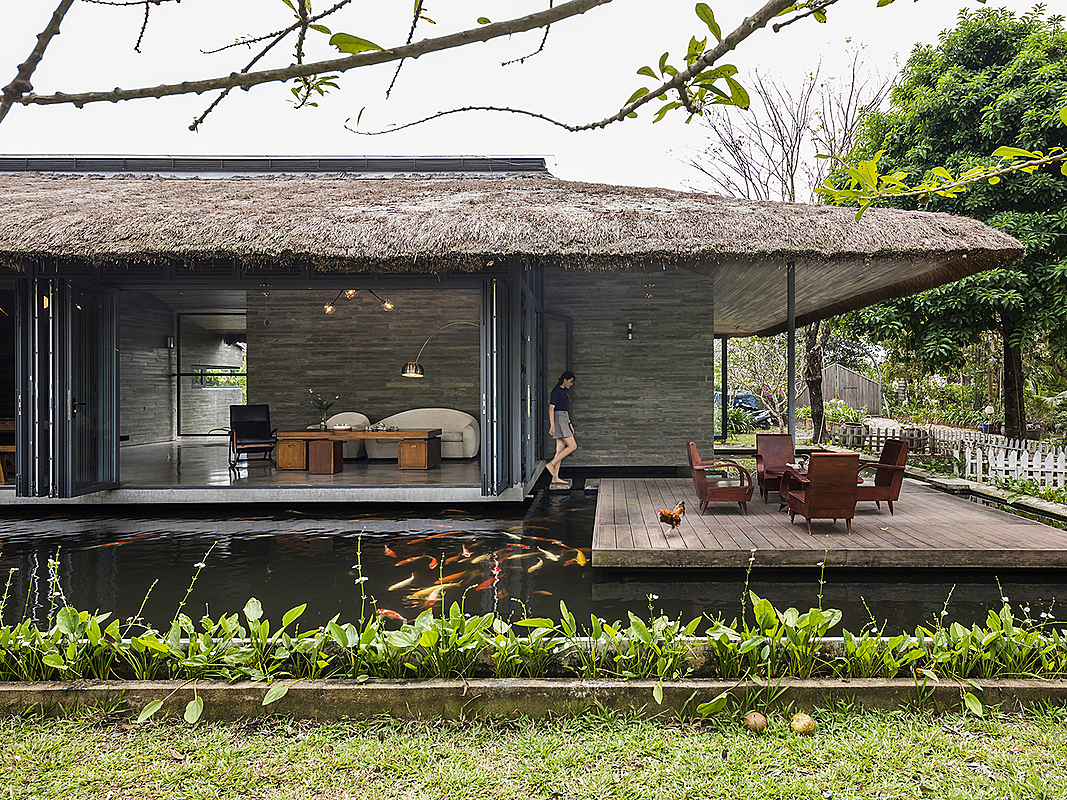 In the middle of a tropical garden in Mekong Delta, the 184-square-meter house floats on a lake and helps its owners, working in Ho Chi Minh City, to have some repose from his daily grind. The construction is a product of three architects from three studios.