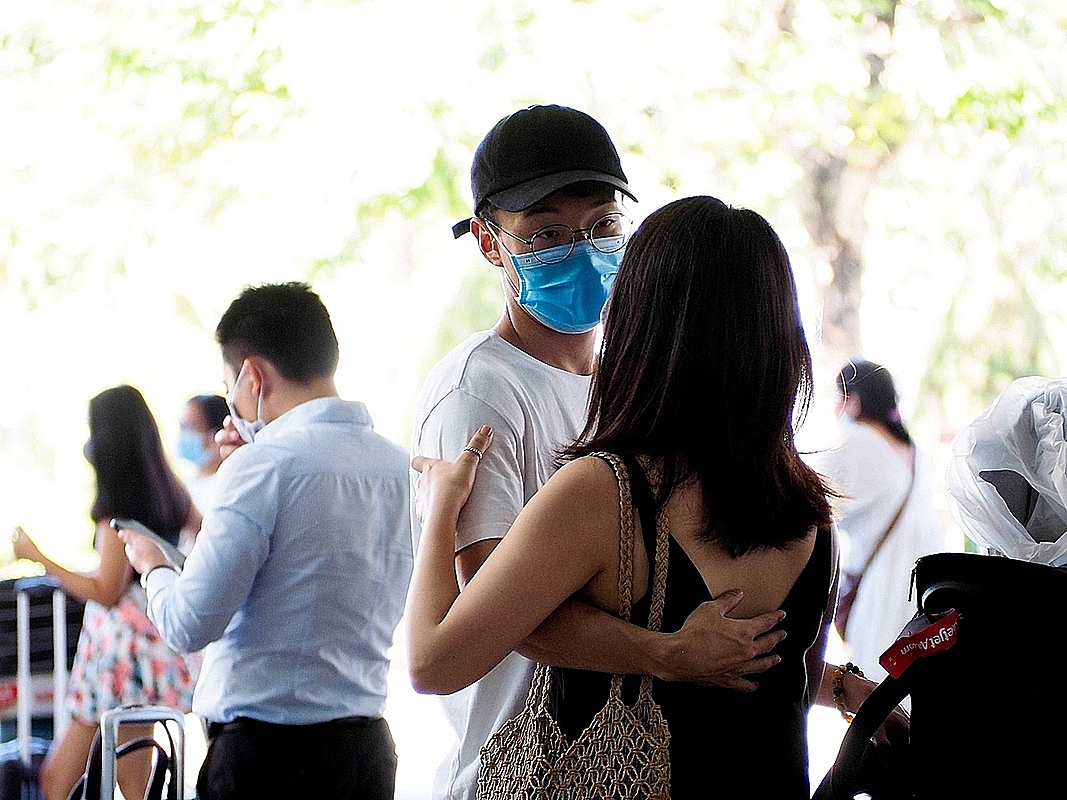 Some tourtists cannot be at ease amid the Covid-19 threats. Huy, traveling to Da Nang on the evening of July 23, 2020 and planning to stay until July 26, immediately changed his flight and returned to Ho Chi Minh City at 5 p.m. on July 24, several hours after the information about the suspected Covid-19 patient came out. I am a worried because the suspected case is dangerous with high level of community tranmission. My business is not too important, so I cancel it. The most important thing now is the safety of myself and everyone, Huy said.