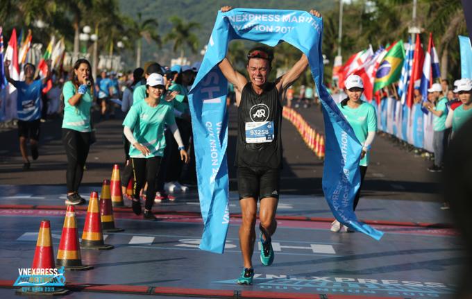 Le Quang Hoa, the champion of full marathon for men at VnExpress Marathon Quy Nhon  2019.