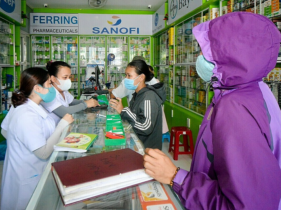 At many drug stores on Quang Trung and Hai Phong Streets, close to Da Nang C Hospital, masks become the hottest items among locals and patients. According to a staff member, there is not a lot of masks and they are sold at regular prices, VND65,000 for a box of 50 masks.