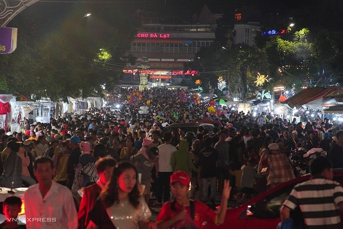 The Da Lat night market is flooded with holiday-goers on July 18, 2020. Photo by VnExpress/Khanh Huong.