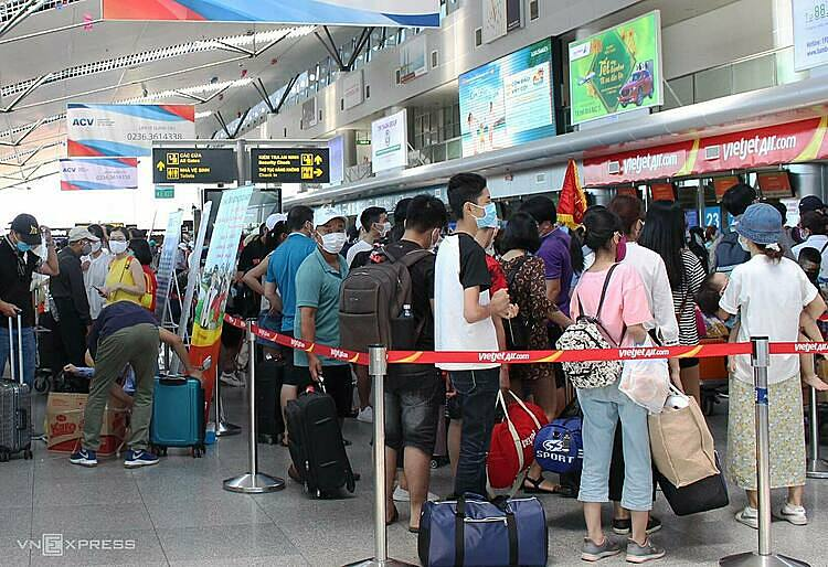 Passengers wait in line at Da Nang Airport in central Vietnam to make check-in procedures to fly home, July 26, 2020. Photo by VnExpress/Dac Thanh.