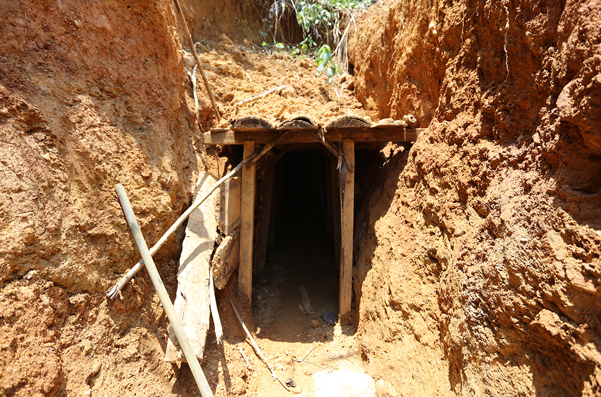 A tunnel where gold miners work. Photo by VnExpress/Dac Thanh.