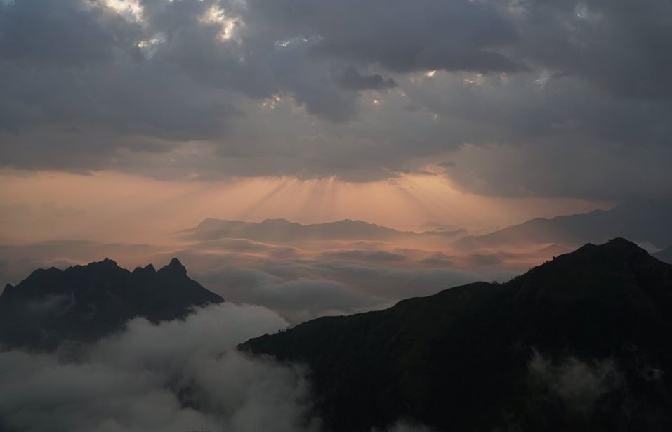 Muoi Mountain engulfed in clouds. Photo by Xu Kien.
