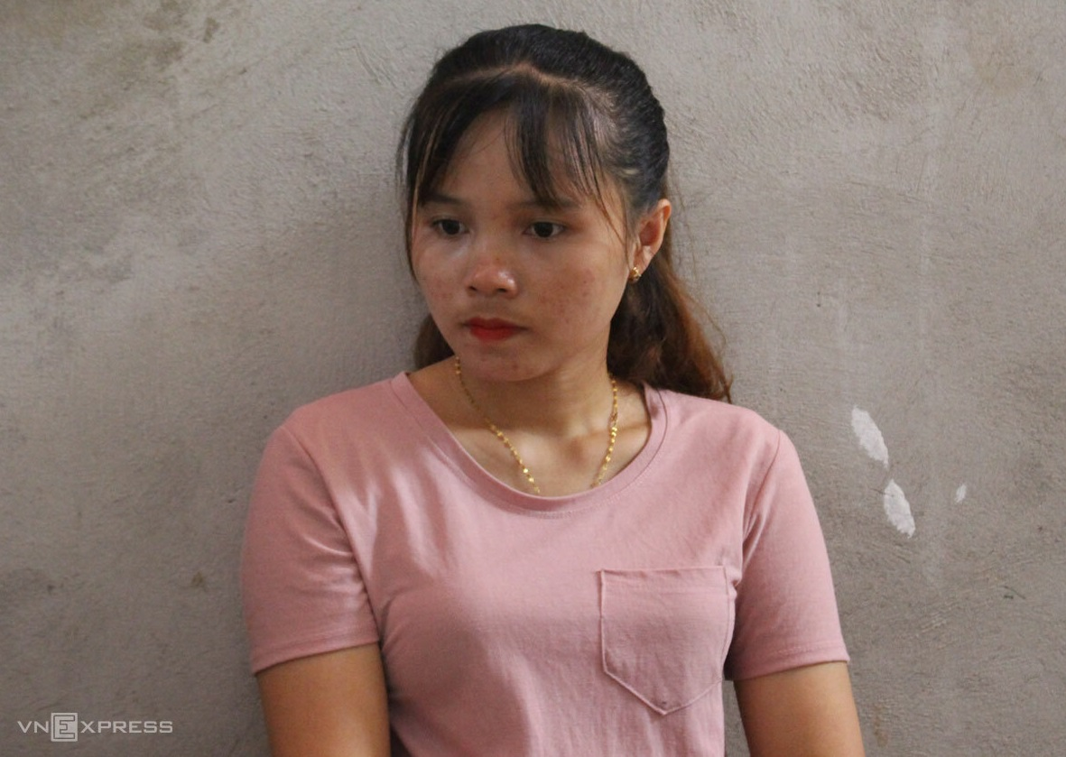 Khon wears the necklace her parents had given her. Photo by VnExpress/Hoang Phuong.