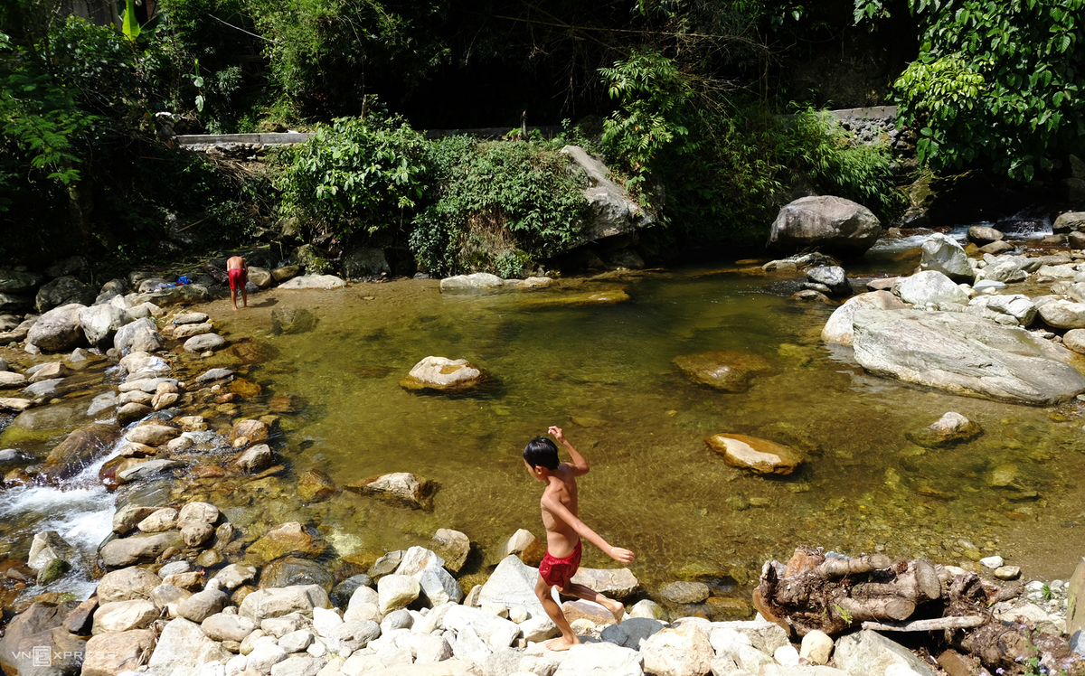 Trekkers get back to nature in Lao Cais national park - 10