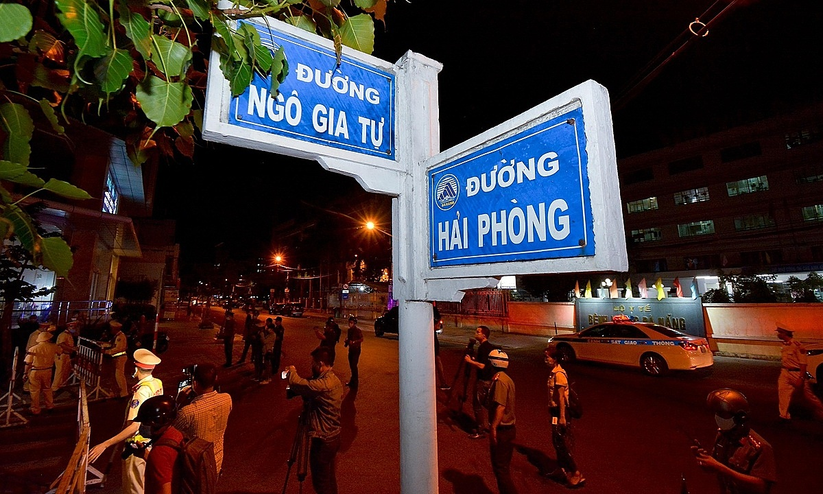 Residents in the six districts must follow Directive 16 on social distancing, released in March, banning the gathering of more than two people in public places.Streets around the citys Hospital C, Da Nang Hospital and Da Nang Orthopedic and Rehabilitation Hospital are all locked down.